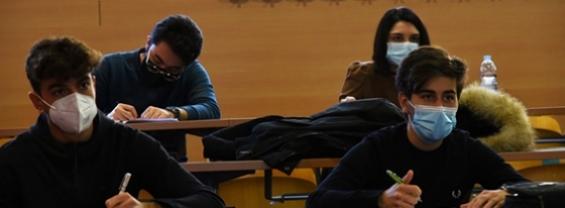 Alcuni studenti seduti che indossano la mascherina