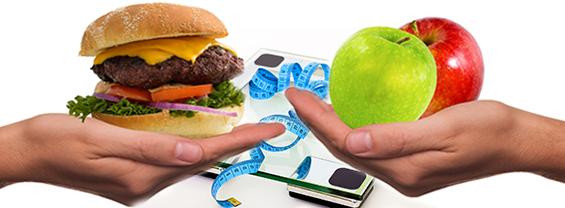 una bilancia e due mani che offrono un panino e due mele