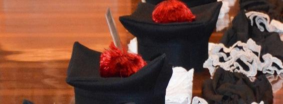 Primo piano di cappello e toga di laurea