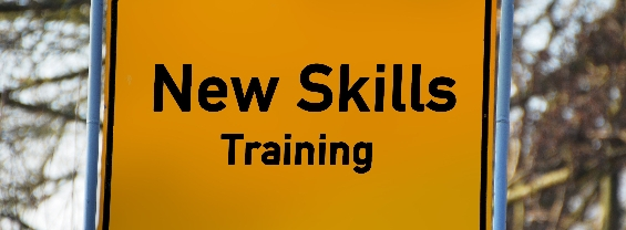 "Un cartello stradale con testo ""New Skills training"""