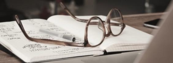 libro con occhiali