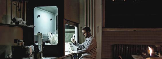 L'immagine mostra un ricercatore durante le attività di ricerca