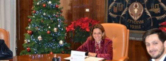Nella foto scattata nella Sala del Senato sono presenti la rettrice Antonella Polimeni, la direttrice generale Simonetta Ranalli e il rappresentante degli studenti Riccardo Paolini