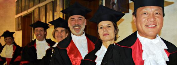 L'immagine mostra dei docenti Sapienza che indossano la toga