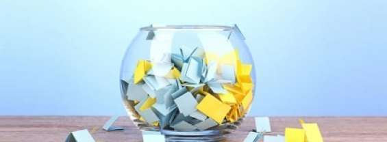 l'immagine mostra un contenitore di vetro dal quale si possono pescare i nomi dei sorteggiati